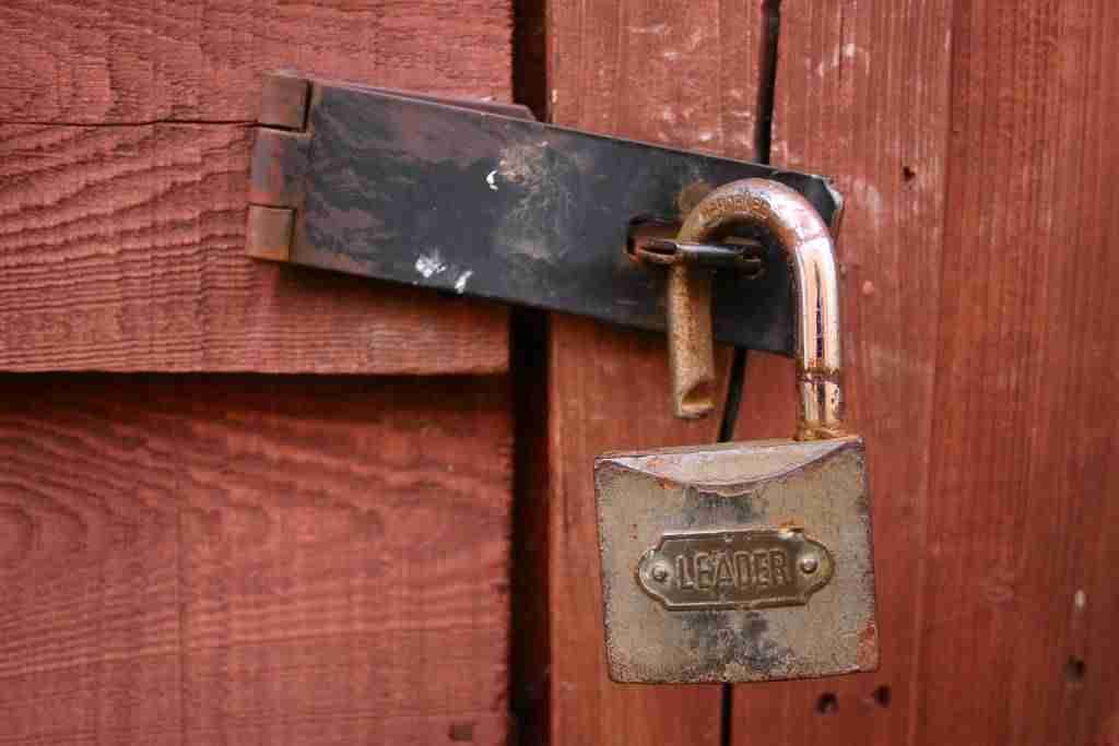 Cómo forzar a los usuarios a cambiar las contraseñas en WordPress - Candado en puerta