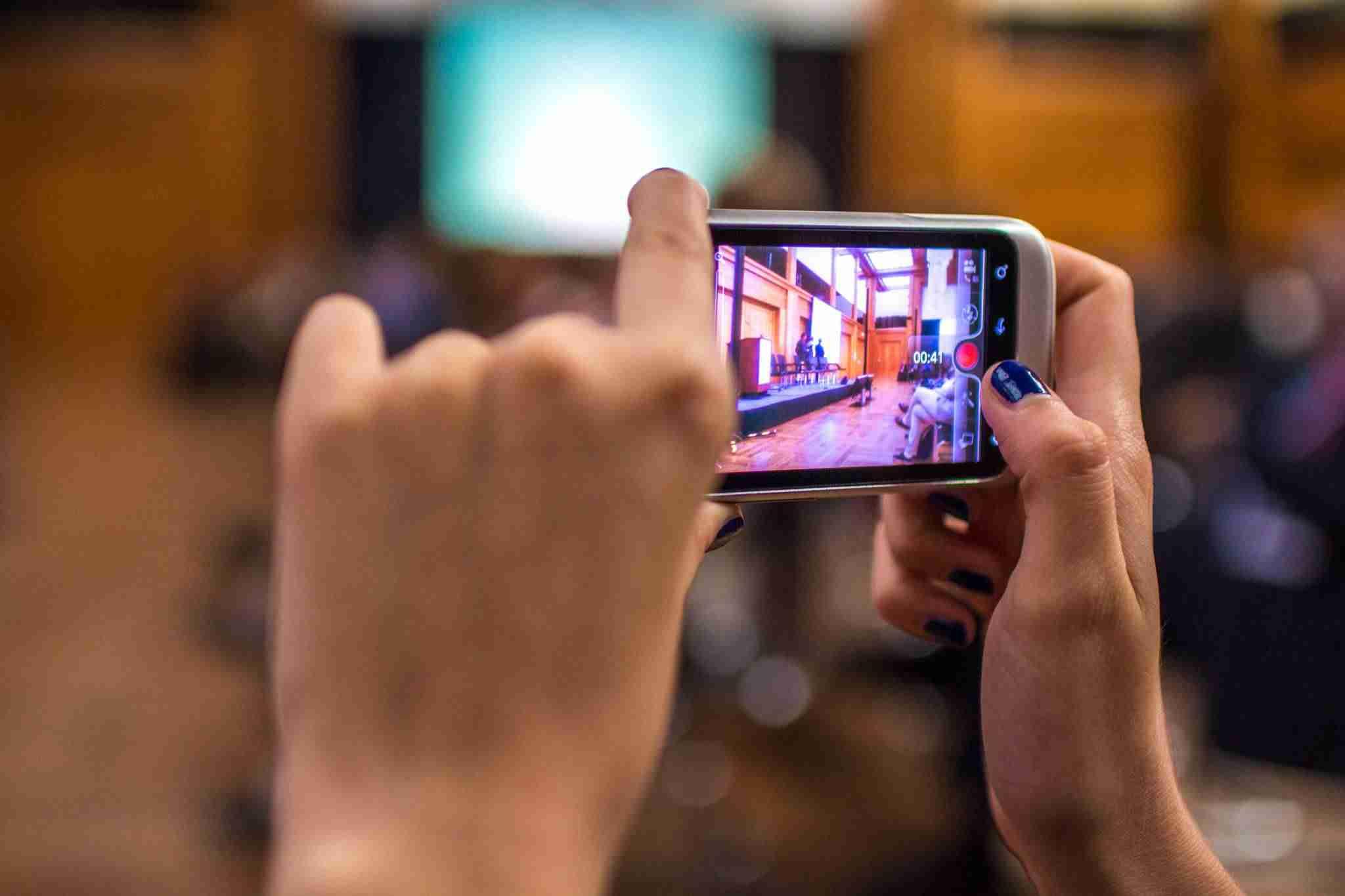 Los 6 mejores plugins de WordPress para Youtubers - Grabando con móvil